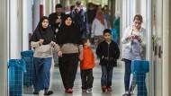 Auf der Suche nach einer Unterkunft: Die Erstaufnahmeeinrichtung auf dem Frankfurter Neckermann-Areal wird in den nächsten Monaten geräumt. Die Stadt Frankfurt will sich nun vor dem unkontrollierten Zuzug anerkannter Flüchtlinge schützen.