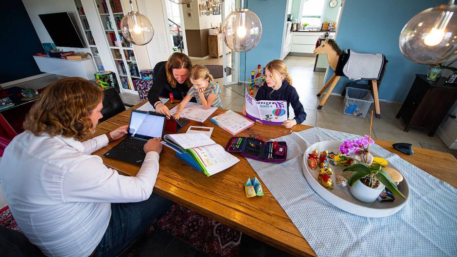 Eltern gefordert: Der Bildungsfortschritt vieler Kinder hängt in Pandemiezeiten vom Einsatz von Mama und Papa ab.