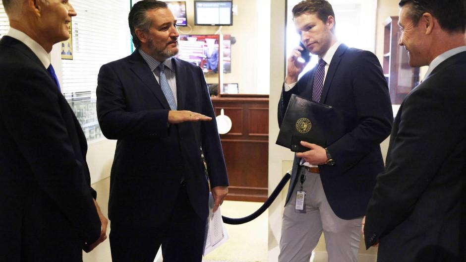 Ted Cruz (zweiter von links) spricht Anfang Oktober in Washington mit zwei weiteren republikanischen Senatoren