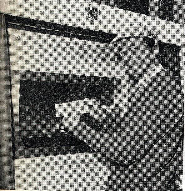 Der Schauspieler Reg Varney zog 1967 in Großbritannien die ersten Geldscheine aus einem öffentlichen Automaten ...