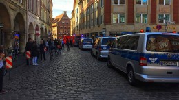 Kleintransporter fährt in Menschenmenge