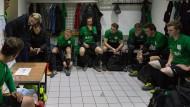 Die Ansprache macht er noch selbst: Freisenbruch-Trainer Möllensiep spricht vor einem Heimspiel zu seiner Mannschaft.
