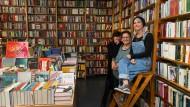 Bücherfrauen: Parwin Schah-Mohammedi, Andrea Großmann und Ailkke Schmidt (von links) in der Frankfurter Buchhandlung Land in Sicht.