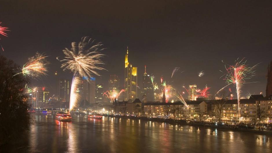 Alle Jahre wieder: Feuerwerk über der Frankfurter Innenstadt - von der Alten Brücke aus gesehen.