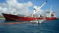Vor den Galapagos-Inseln ist dieser Frachter auf Grund gelaufen