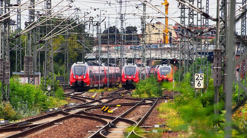 Außer Betrieb: Drei Regionalzüge stehen auf Abstellgleisen des Potsdamer Hauptbahnhofs.