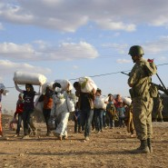 Türkische Grenzsoldaten lassen syrische Flüchtlinge ins Land.