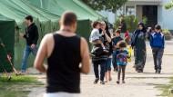 Flüchtlinge auf dem Gelände der Erstaufnahmestelle im brandenburgischen Eisenhüttenstadt