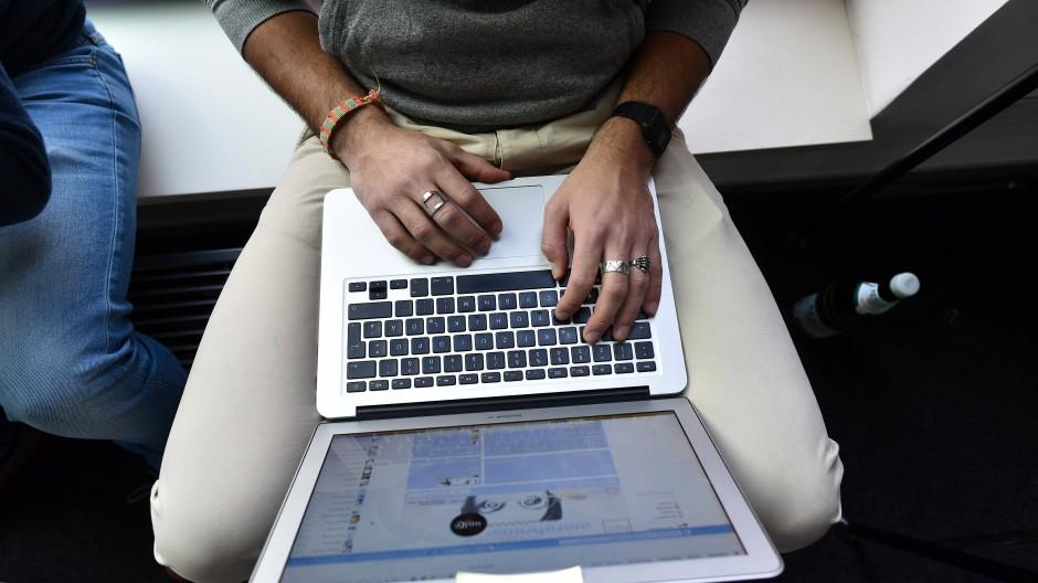 Mann mit einem Laptop (Symbolbild)