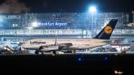 Ein Airbus A380 der Lufthansa auf dem Rollfeld des Frankfurter Flughafens