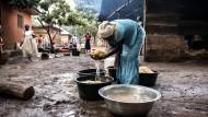 """Es fehlt an allem: Frauen im Lager """"Home for the needy"""", in dem mehr als 2500 Menschen leben."""