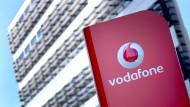 Das Firmenlogo von Vodafone vor der Deutschlandzentrale in Düsseldorf