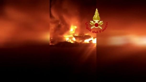 Ausgediente Boote von Migranten stehen in Flammen