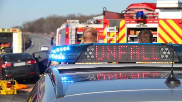 Beifahrerin stirbt nach Überschlag mit Auto