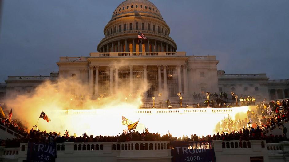 Polizei-Munition explodiert vor dem Kapitol.