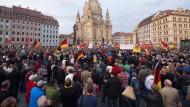 Pegida-Demonstranten prügeln auf Journalisten ein