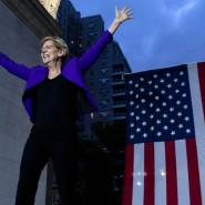 Elizabeth Warren betritt die Bühne unter dem Triumphbogen in New York.
