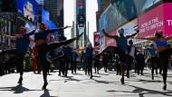 """Artisten führen im März 2021 auf dem Times Square in New York die Liveshow """"We Will Be Back"""" auf."""