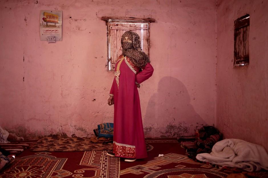 Umm Yasser lässt sich in ihrem Haus fotografieren. Sie ist skeptisch, dass in nächster Zeit andere beduinische Frauen ihr folgen werden.