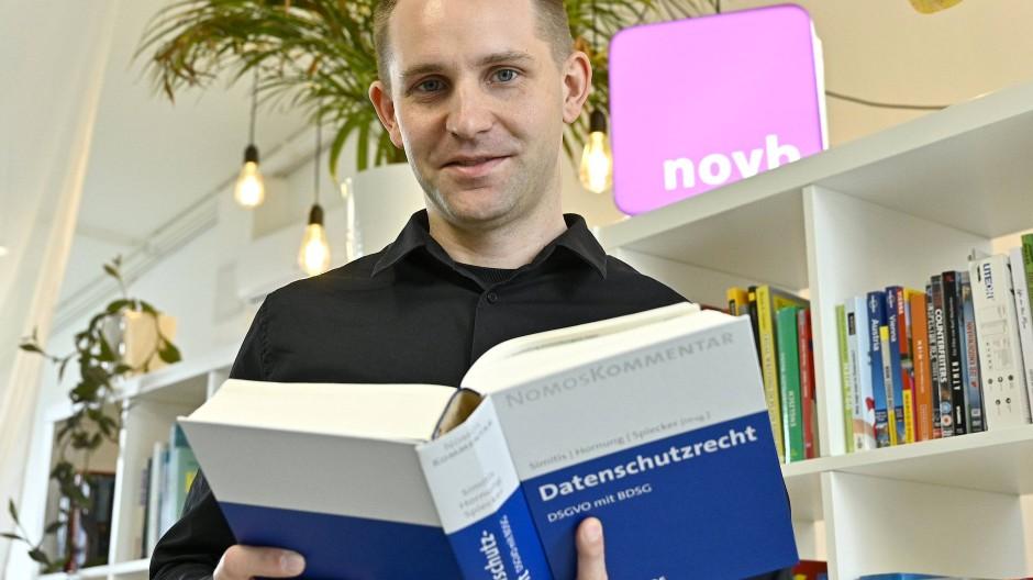 Max Schrems, Datenschutzaktivist, im Rahmen eines Fototermins in seinem Büro in Wien, 15. Juli 2020.