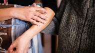 24-Stunden-Pflege durch osteuropäische Pflegekräfte geschieht oft unter schlechten Arbeitsbedingungen.