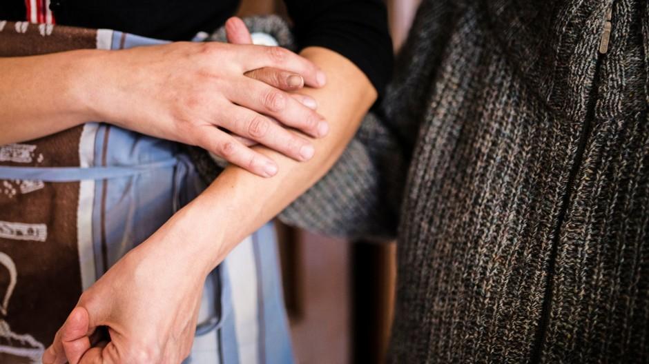 Mehr als eine Stütze im Alltag: 24-Stunden-Pflege durch osteuropäische Pflegekräfte geschieht oft unter schlechten Arbeitsbedingungen.