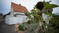 Sonnenblumen vor dem Haus in Höxter-Bosseborn, in dem das Paar seine Opfer misshandelt haben soll.