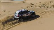 Harry Hunt und Andreas Schulz jagen den Mini durch den Sand.