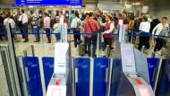 Schlangen an den Sicherheitskontrollen wie im Sommer 2018 will Fraport in Zukunft vermeiden.