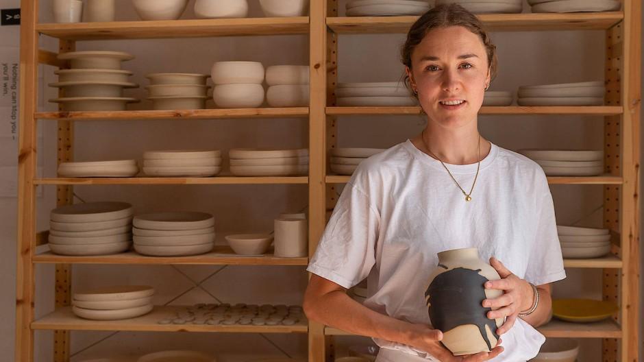 Die junge Töpferin Viola Beuscher in ihrem Atelier im Frankfurter Bahnhofsviertel.