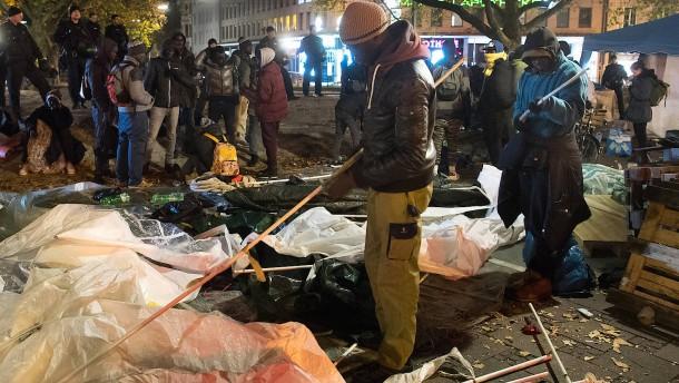 Polizei räumt Protestcamp von Flüchtlingen im Hungerstreik