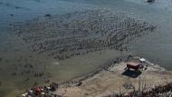 1.941 Menschen baden gemeinsam in einem Salzsee