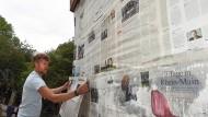 Seitenweise: Der Architekt Mayer-Twiehaus beklebt seinen Pavillon in der Eberstädter Waldorfschule jeden Tag mit der aktuellen F.A.Z.-Ausgabe.