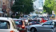 Verkehrsstau auf der Schweizer Straße: Keine Seltenheit, seit das nördliche Mainufer gesperrt ist.