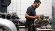 Der 34-jährigen Shenouda Ghaly, Mechatronik-Auszubildender im zweiten Lehrjahr, arbeitet am Austausch-Motor eines Porsche. Der Ägypter ist seit Oktober 2013 in Deutschland, sein Asylantrag wurde zum zweiten Mal abgelehnt.