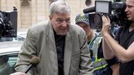 Kardinal George Pell verlässt im Februar 2019 ein Gericht im australischen Melbourne.