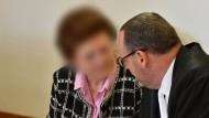 Die Angeklagte in Neuruppin (Brandenburg) im Gericht mit ihrem Anwalt.