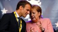 Multilateral: Frankreichs Präsident Emmanuel Macron und Bundeskanzlerin Angela Merkel bei den Feierlichkeiten zur Verleihung des Karlspreises in Aachen