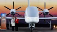 """Verteidigungsministerin Ursula von der Leyen mit ihrer französischen Amtskollegin Florence Parly neben der Militärdrohne """"Male"""" von Airbus"""