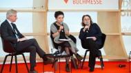 Buchmessen-Direktor Jürgen Boos, Nobelpreisträgerin Olga Tokarczuk und ihre Übersetzerin bei der Eröffnung der Buchmesse