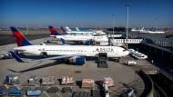Müssen am Boden bleiben: Maschinen der amerikanischen Fluggesellschaft Delta, hier am Amsterdamer Flughafen Schiphol (Archivbild).