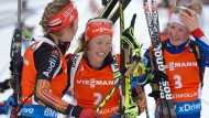 Konkurrentinnen als Kolleginnen: Franziska Preuß (l.) und Marie Dorin Habert (r.)  gratulieren Laura Dahlmeier zur Silbermedaille.