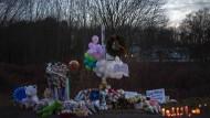 Stilles Gedenken: An der Straße zur Grundschule von Sandy Hook in Newtown