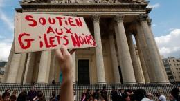 """Schwarze Westen"" demonstrieren in Paris"