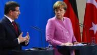 Zumindest auf der Pressekonferenz in Berlin konnte Kanzlerin Merkel dem türkischen Ministerpräsidenten Davutoglu den Weg weisen.