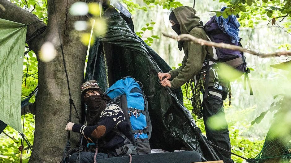 Wir müssen hier raus: Vermummte Aktivisten sitzen am 1. Oktober in einem Baumhaus im Herrenwald.