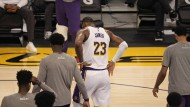 Der Star der Lakers: LeBron James humpelt vom Feld.