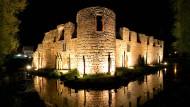 Der Ort des Geschehens: Bad Vilbel – die Wasserburg im Mondlicht.