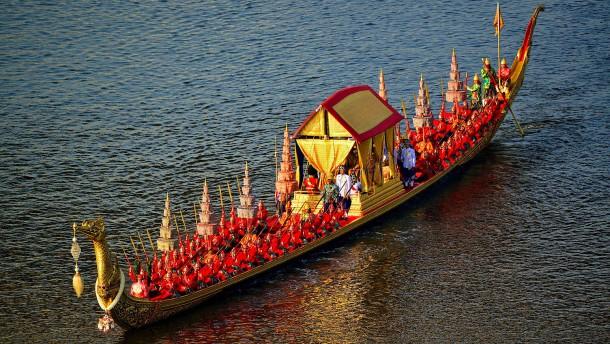 Eine Bootsparade für den König