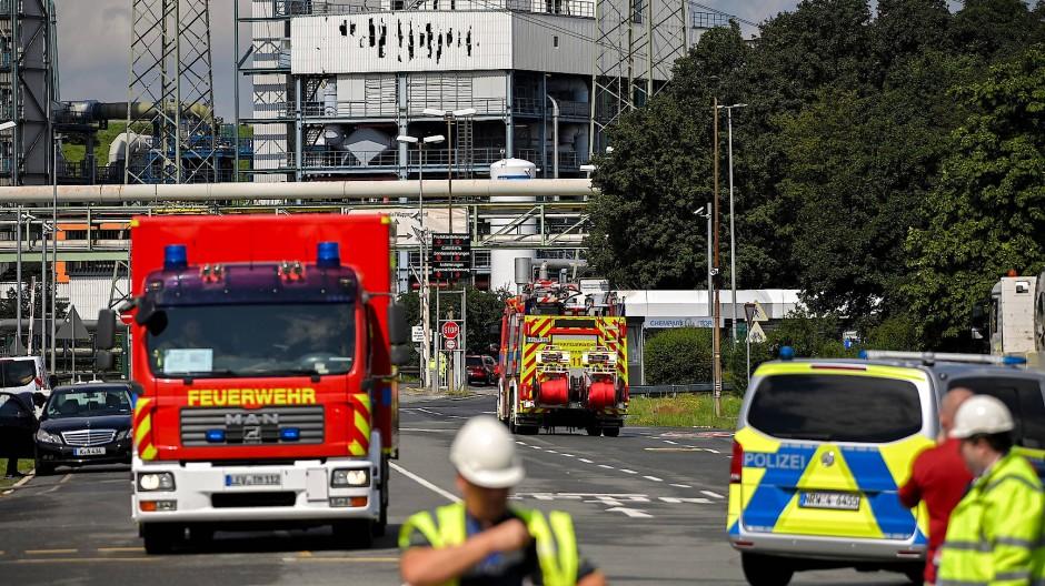 Polizei und Feuerwehr im Einsatz bei der Explosion im Chempark Leverkusen Ende Juli 2021